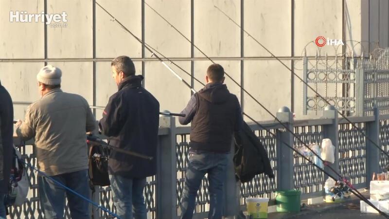 Olta balıkçıları korona virüse rağmen Tarihi Galata Köprüsü'nde
