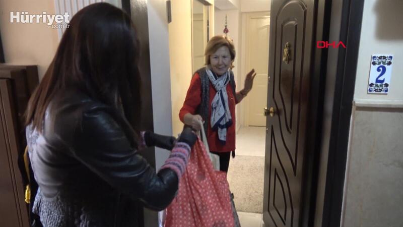 Salgın nedeniyle dışarı çıkamayan yaşlı komşuları yerine alışveriş yapıyor