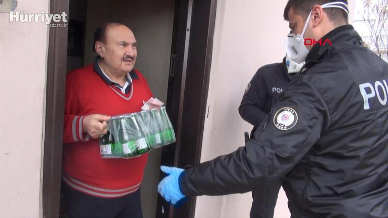 Yaşlının maden suyu isteğini polis karşıladı