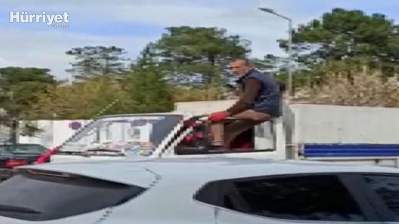 Kapının üzerine oturup, kamyoneti ayaklarıyla kullandı