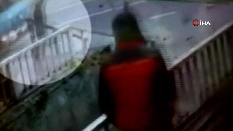 Ayağı takılıp dengesini kaybeden genç çöp aracının altında can verdi