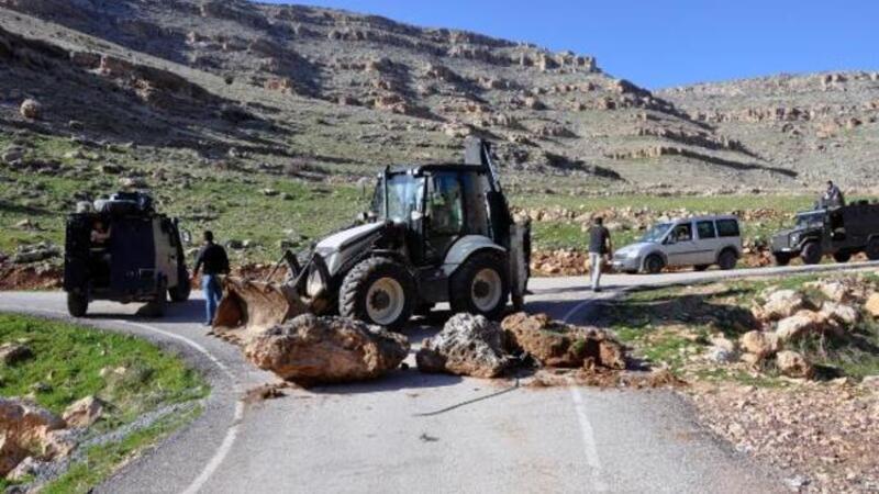 Piknikçilerin yolu iş makinesi ve taşlarla kapatıldı