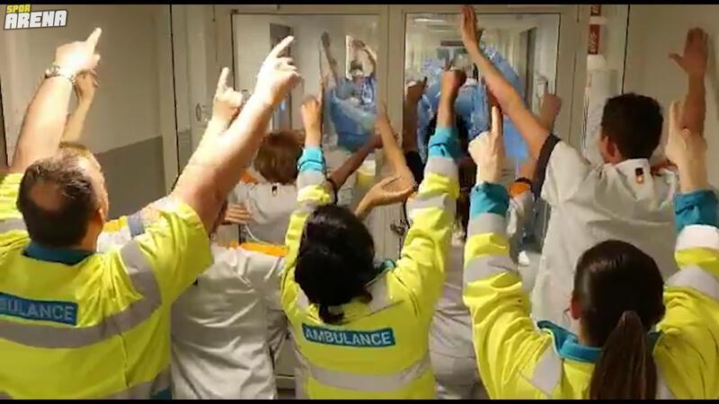 Hastanedeki sağlık çalışanlarına destek için Liverpool bestesi söylendi!