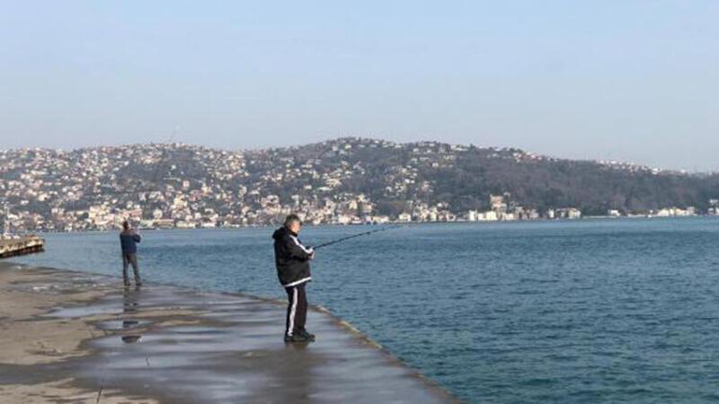 Tarabya sahilinde yasağa rağmen balık tutmaya devam ettiler