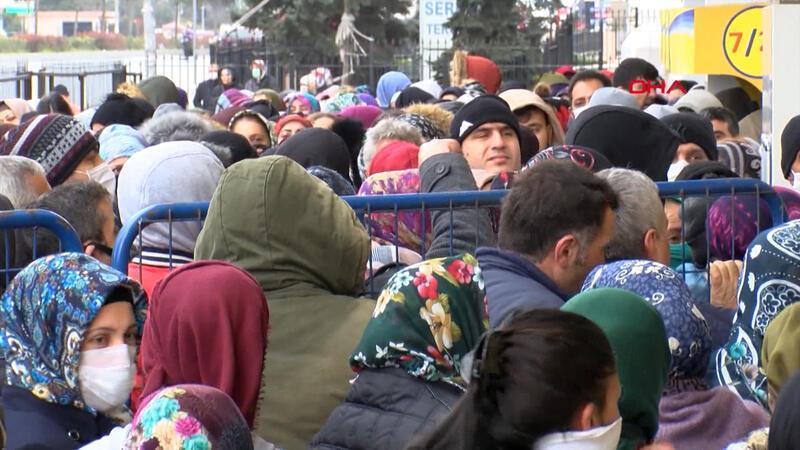 Esenyurt'ta PTT önünde yoğunluk; 'sosyal mesafe' kuralına yine uyulmadı
