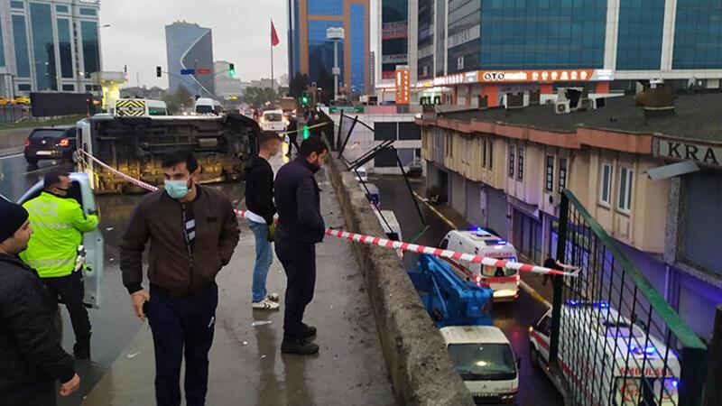 Panelvan araç köprüde kaza yaptı, içindekiler köprüden aşağıya düşerek yaralandı