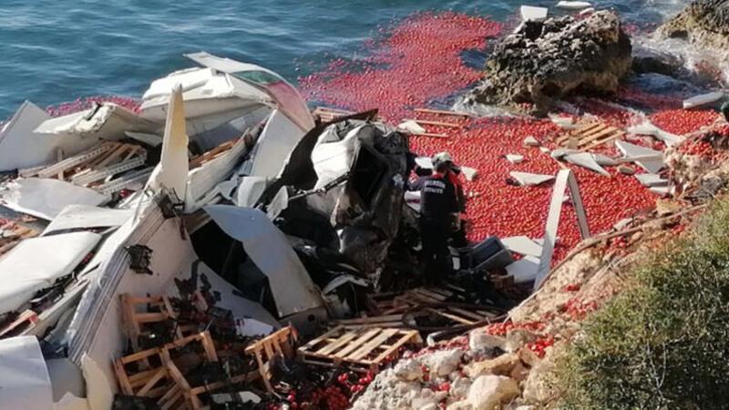 Mersin Silifke'de domates yüklü TIR denize uçtu