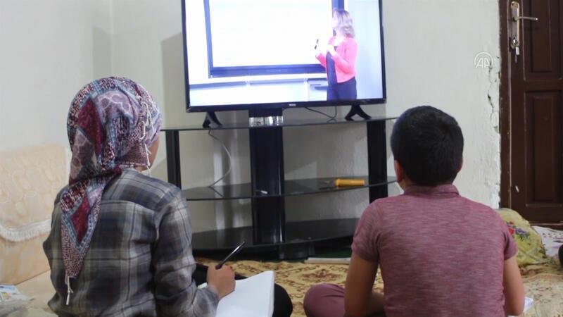 Hakkari'de TRT EBA TV'den derslerini takip edemeyen 2 kardeşe televizyon hediye edildi