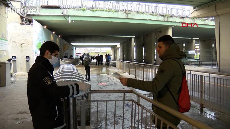 Toplu taşıma araçlarına binenlere maske dağıtıldı