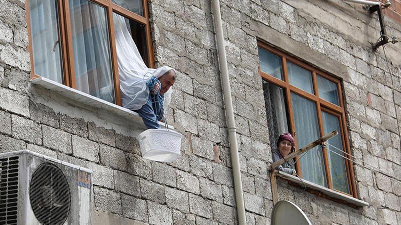 Karantina altındaki Borçka'da halk, balkon ve pencerelerde