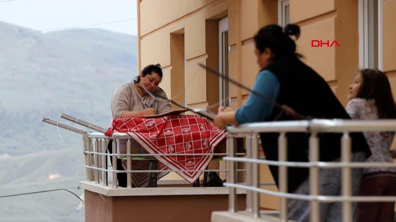 Balkondan balkona 'isim-şehir' oynayıp, türkü söylediler