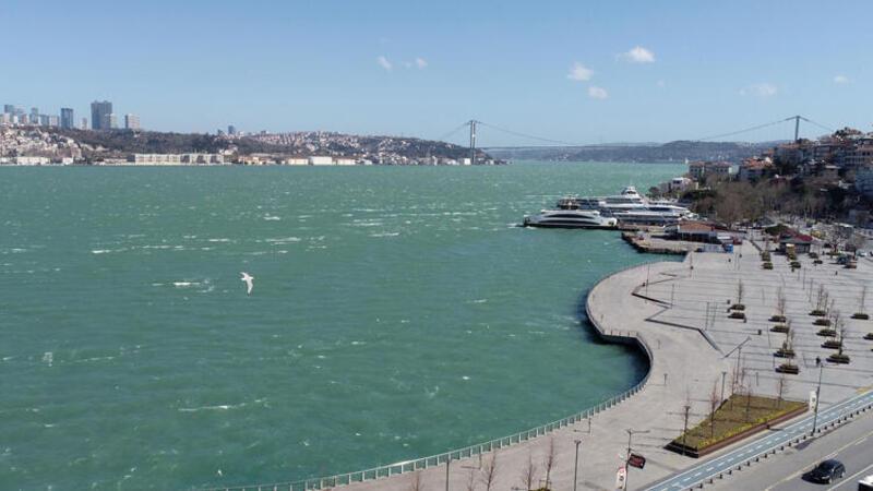 Son dakika haber... Fırtına İstanbul Boğazı'nın rengini değiştirdi