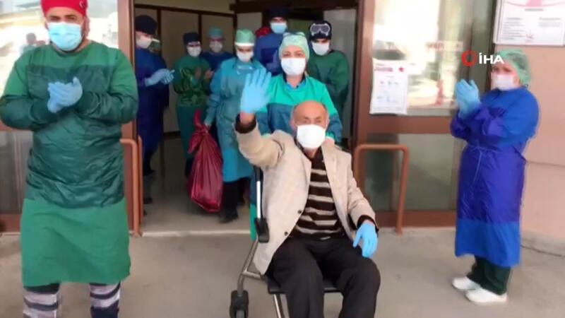 71 yaşında koronavirüsü yendi, alkışlarla hastaneden uğurlandı