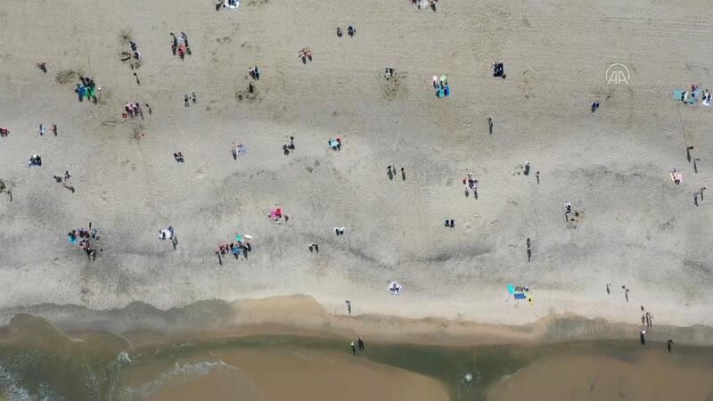 New Jersey plajında sosyal mesafeli güneşlendiler