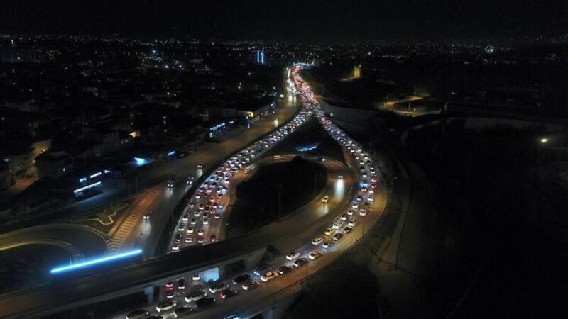 Sokağa çıkma kısıtlaması bitti, Bursalılar kilometrelerce araç trafiği oluşturdu