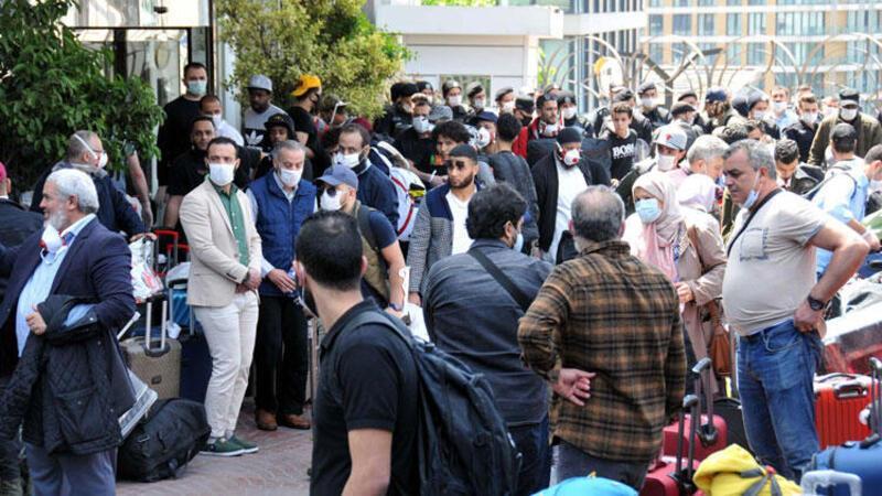 Libya'dan uçak gelmeyince otel önünde protesto ettiler