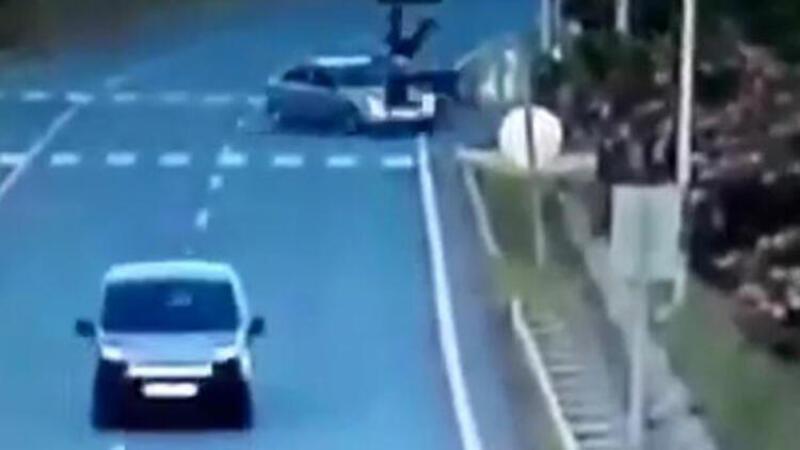 Motosiklet sürücüsü bu kazadan yaralı kurtuldu