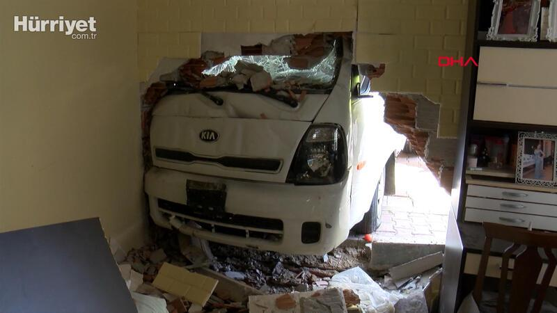 Kağıthane'de freni patlayan kamyonet eve girdi