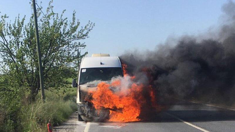Seyir halindeki servis minibüsü alev alev yandı