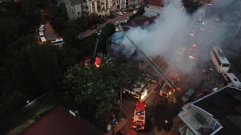 Ataşehir'de 2 katlı binanın çatısı alev alev yandı
