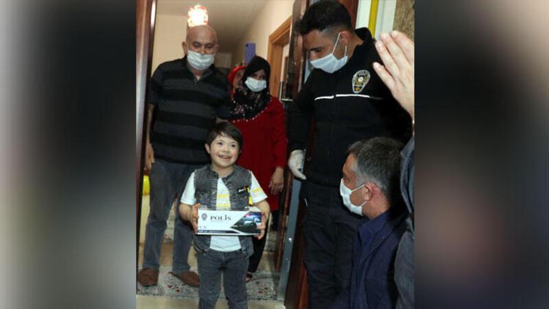 Down sendromlu Mehmet Talha'ya polislerden 'doğum günü' sürprizi