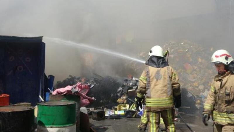 Son dakika... Sultangazi'de geri dönüşüm tesisinde yangın
