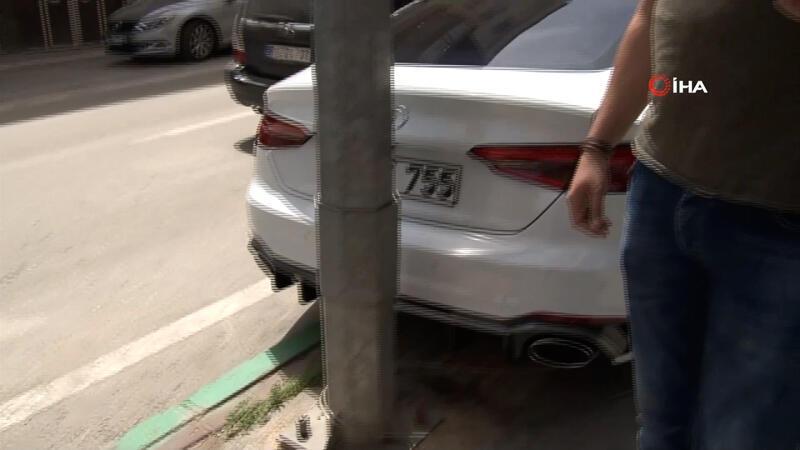 Bursa'da bir kişi, dikkat çekmek için lüks otomobilini direğe zincirledi