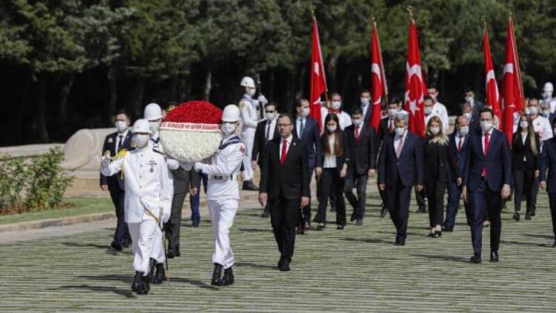 Bakan Kasapoğlu ve beraberindeki hayat Anıtkabir'i ziyaret etti