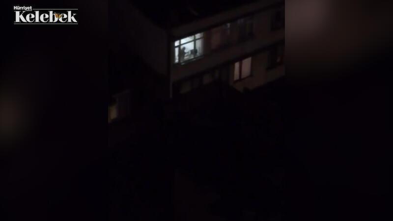 Cahit Berkay'dan evinin penceresinden mini bir konser
