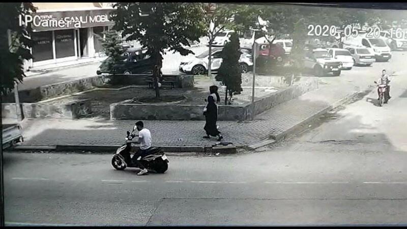 Elektrikli bisikletin kamyonete çarpma anı kamerada