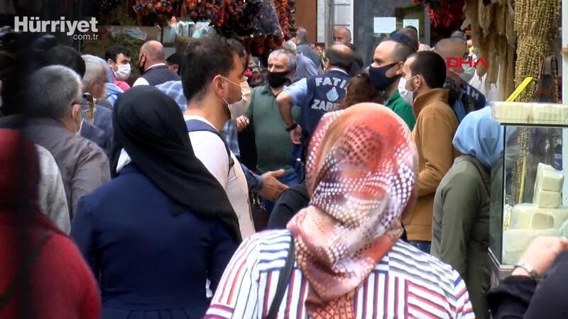 Eminönü'nde bayram alışverişinde sosyal mesafe kuralına uyulmuyor
