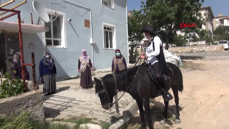 Niğde'nin kadın muhtarı kovboy kıyafeti ve atıyla mahalleyi geziyor