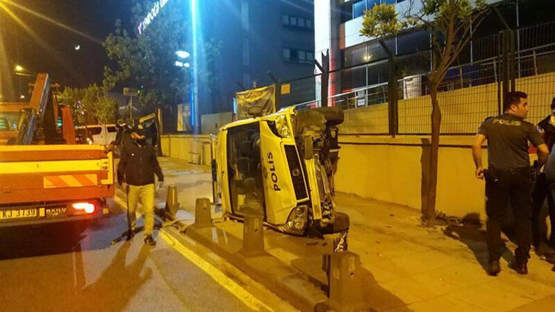 Sancaktepe'de polis otomobili yan yattı