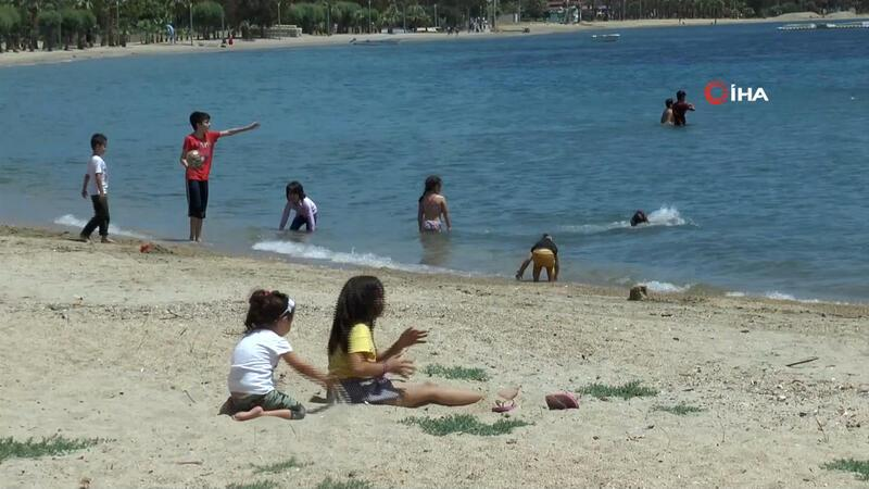 Yasakları dinlemediler, çocuklarını denize soktular