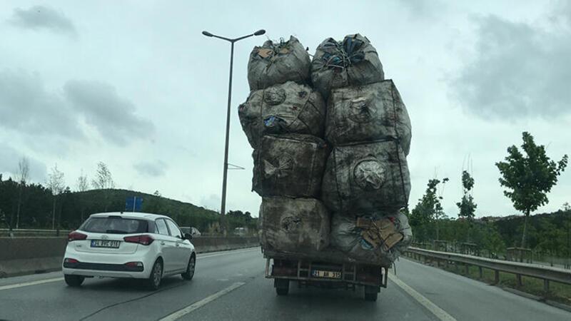 İstanbul'da yük sınırını aşan kamyonetin tehlikeli yolculuğu