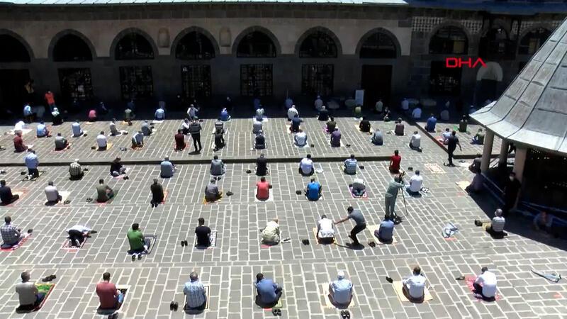 Diyarbakır Ulu Cami'de, sosyal mesafeli Cuma namazı kılındı