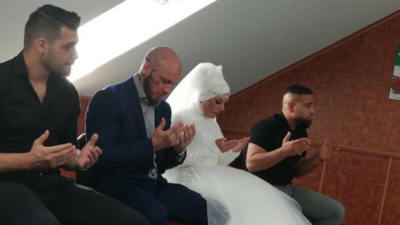 İslam'ı seçen Avusturyalı şampiyon dövüşçü Ott'un nişanlısı da Müslüman oldu