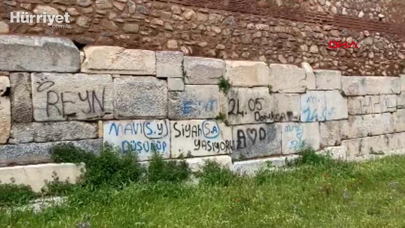 2 bin yıllık surlara, sprey boyayla yazı ayıbı sürüyor