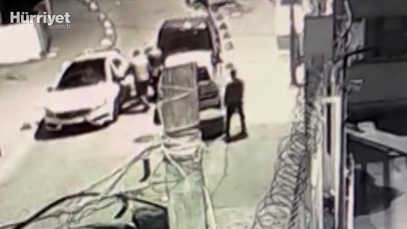 Beyoğlu'nda iki çete arasında sokak ortasında yaşanan silahlı çatışma kamerada