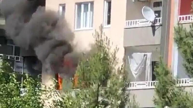 Evlerinde çıkan yangından etkilenen 2 kişiyi komşuları kurtardı