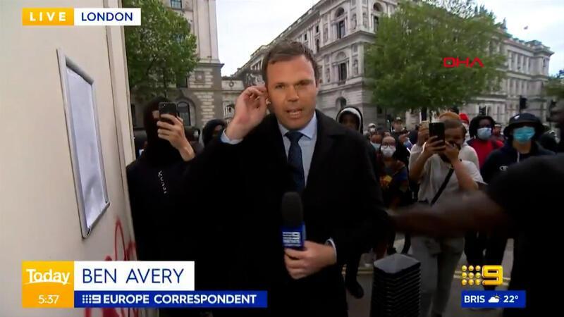 İngiltere'de protestolardaki gelişmeleri aktaran gazeteciye canlı yayında saldırı