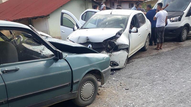 Adana Feke'de iki otomobil çarpıştı