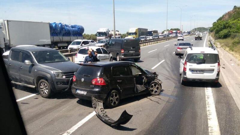 Otoyolda kaza yaptıkları araçlardan inenlere otomobil çarptı
