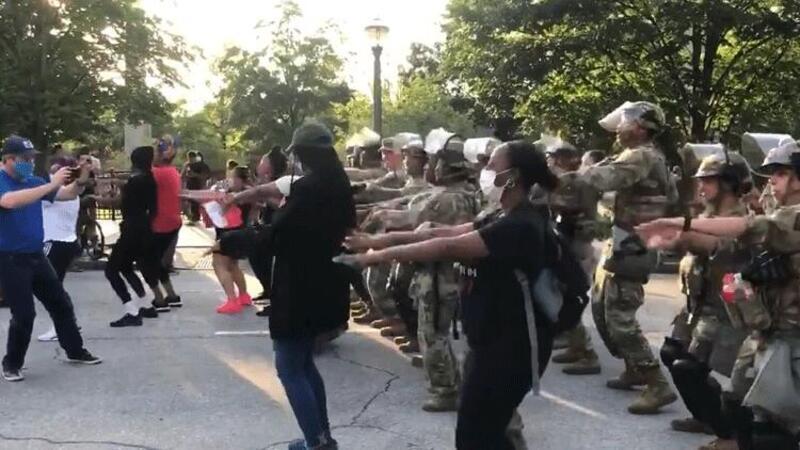 ABD'de asker protestocularla birlikte dans etti