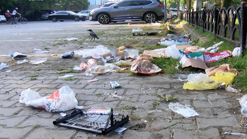 Caddebostan sahiline çöplerini bırakıp gittiler