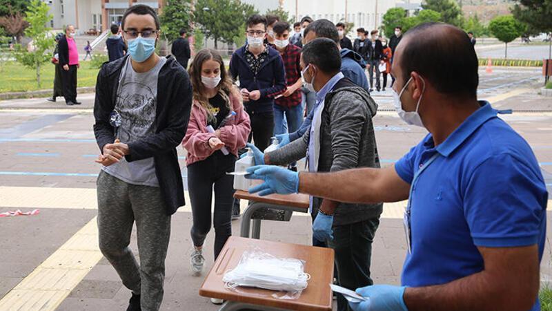 MSÜ sınavına girenler, koronavirüs önlemleriyle salonlara alındı ...