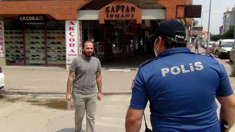 Vatandaşlara tek tek maske soran polis memuru fenomen oldu