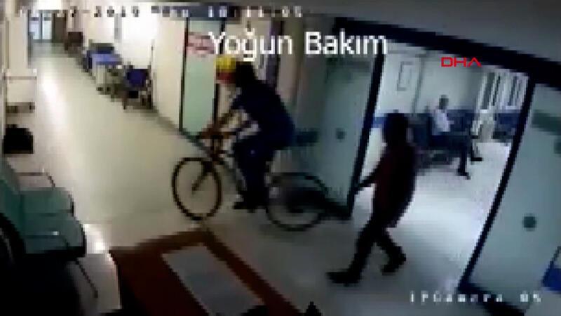 Hastane koridorunda bisiklet süren doktor kamerada! İşte o anlar...