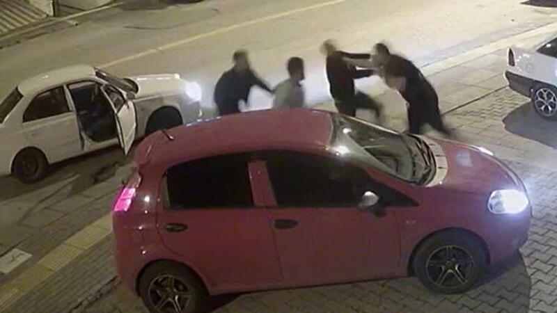 Kick boks sporcusu, trafikte tartıştığı 3 kişiyi 30 saniyede yere serdi