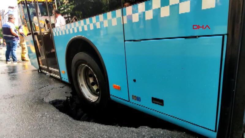 Bağcılar'da yol çöktü; otobüsün lastiği çukura düştü
